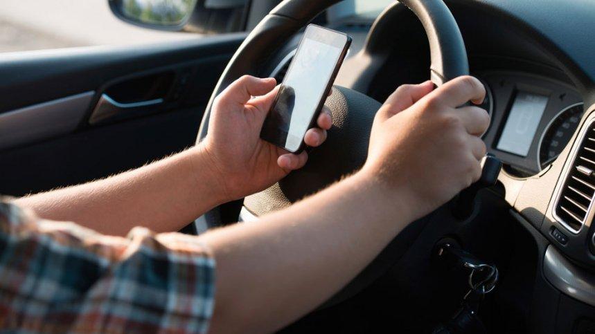 Franta interzice complet utilizarea telefoanelor mobile in autovehicule